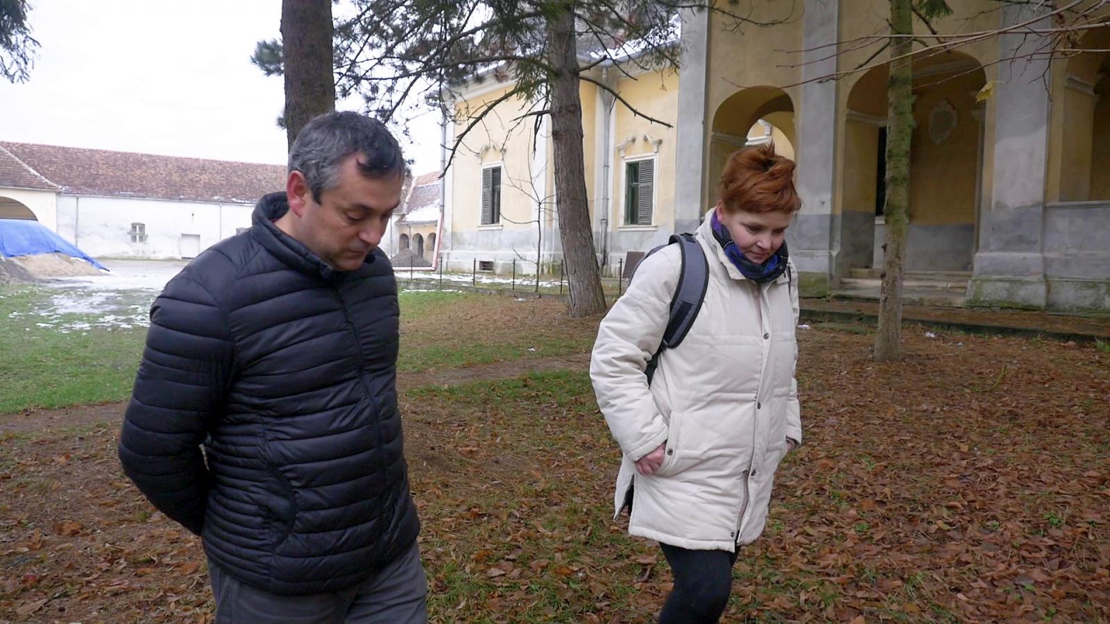 Németi János történelemtanárral, a Wesselényi Általános Iskola igazgatójával a kastély udvarán