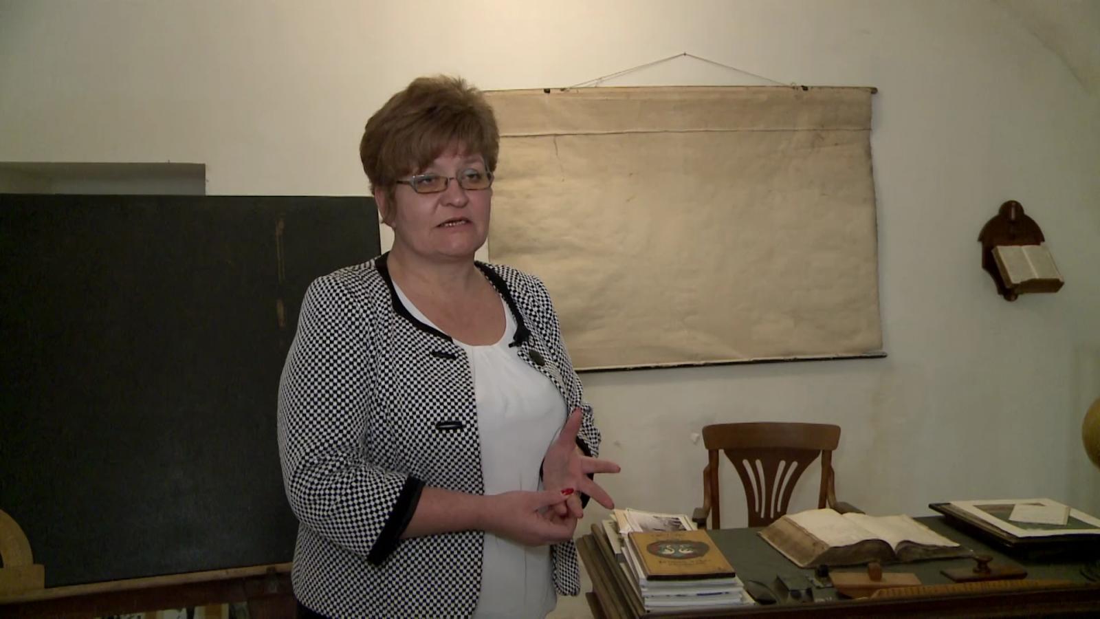 Szőcs Ildikó, a Bethlen Gábor Református Kollégium igazgatója az iskola múzeumában