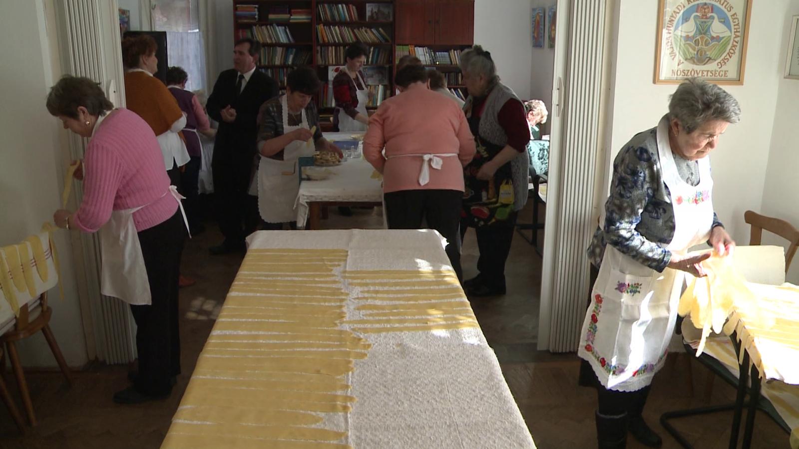 Laskanyújtás. A református nőszövetség tagjai a közösségi házban gyűlnek össze rendszeresen