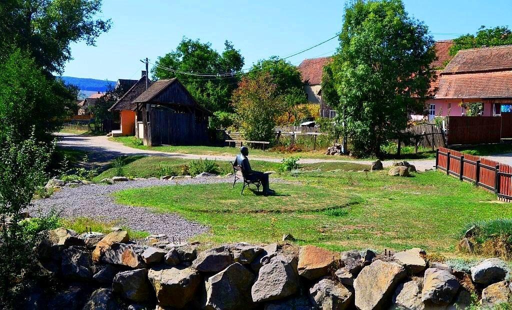 Benedek Elek szobra Kisbaconban ma is figyeli falujának életét